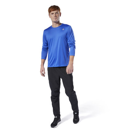Turn up the tempo as the temperatures drop. This long sleeve men\'s shirt is made of a lightweight, stretchy fabric for a full range of motion as you increase your stride. Mesh panels add extra ventilation and sweep away sweat, so you stay dry and comfortable during long-distance runs. 52% recycled polyester / 48% polyester interlock Designed for: Running Regular fit Speedwick fabric wicks sweat to help you stay cool and dry Reflective details for added low-light visibility Mesh panels for ventilation and breathability; Crewneck; Long sleeves This tee is made with recycled polyester to save resources and decrease emissions