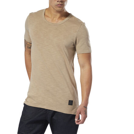 Even when you\'re not training, wear your passion on your tee. This men\'s t-shirt is built of cotton jersey that\'s washed for a soft hand feel and worn effect. A large combat-inspired graphic on the back and a slim fit finish the look. 100% cotton single jersey Slim fit Crewneck Short sleeves Side hem slits for free movement We partner with the Better Cotton Initiative to improve cotton farming globally Imported